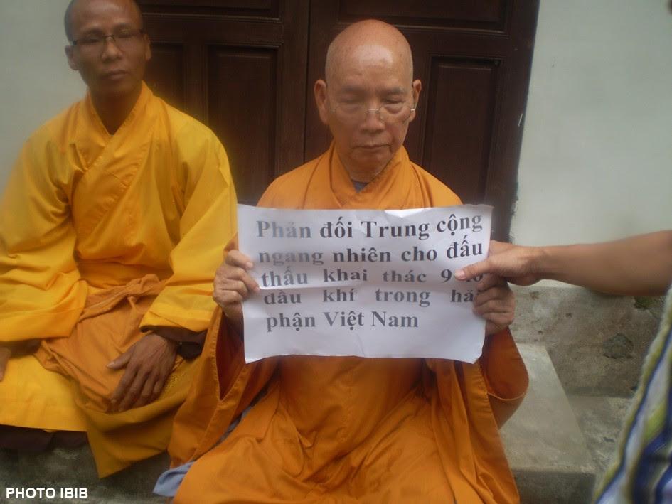 Không cho chư Tăng xuống đường biểu tình, thì Hòa thượng Thích Thiện Hạnh biểu tình Tại Chùa, tọa kháng và trương biểu ngữ chống Trung quốc xâm lược, Hình PTTPGQT