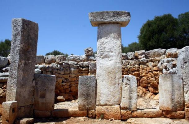 Taulas de Menorca.  Sitio arqueológico de la torre en Gaumés.  El sitio también incluye una casa circular, que se cree pertenecen a una figura importante.