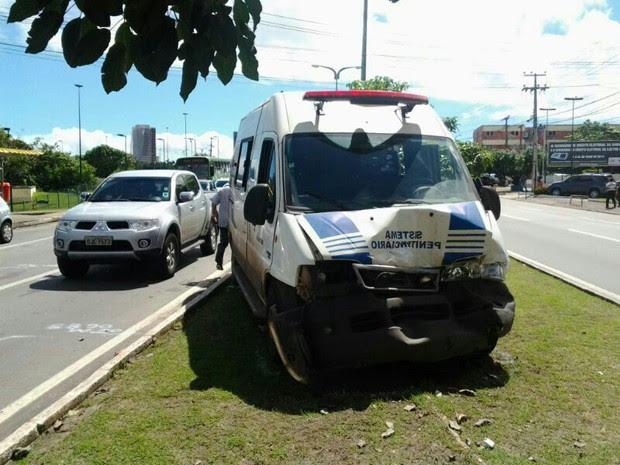 Viatura com seis detentos se envolveu em acidente com quatro veículos (Foto: Divulgação)