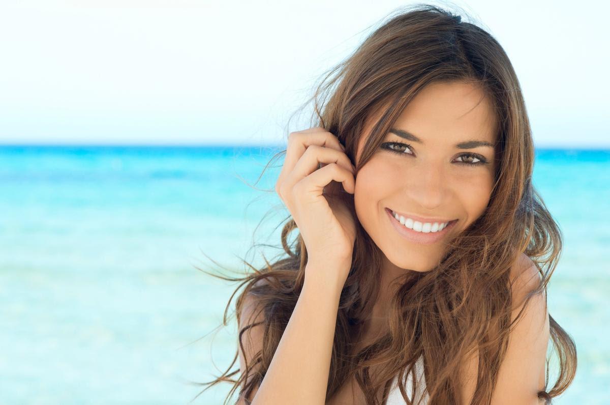 Veja dicas de como usar maquiagem na praia
