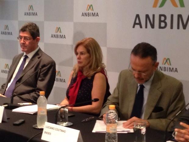 O ministro da Fazenda, Joaquim Levy (esq), a presidente da Anbima, Denise Pavarina; e o presidente do BNDES, Luciano Coutinho, em evento nesta sexta-feira (5) (Foto: Marta Cavallini/G1)