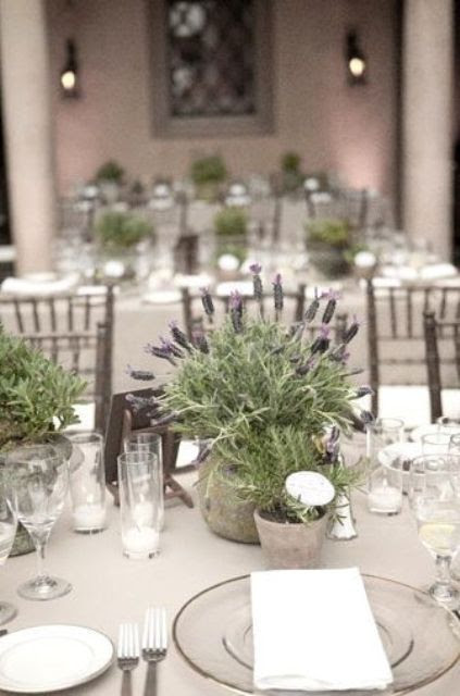 ein weiches Grau-tablescape mit einer eingetopften Lavendel Herzstück