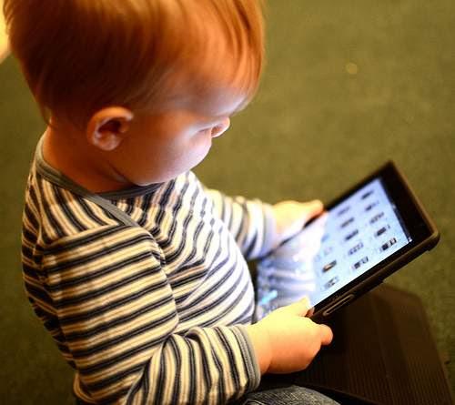 bebe jugando en una tablet