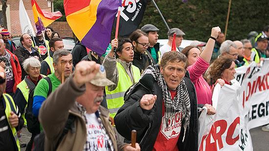 Los manifestantes entran el Villa de Vallecas por la calle de Congosto. (© Foto: PABLO VELASCO / Vallecasweb.com)