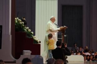 un bimbo con papa francesco bergoglio alla giornata per la famiglia