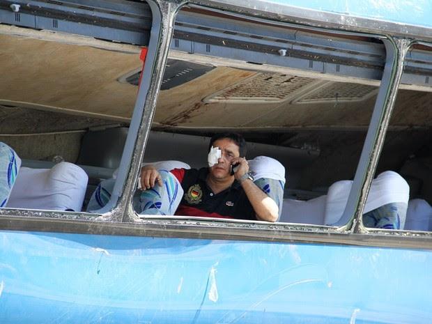 Passageiro foi salvo por colega que o avisou pouco antes do ônibus se acidentar. (Foto: Carlos Santos/G1)