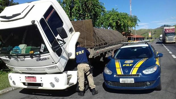 Motorista que tinha chassi e placa adulterados foi preso (Foto: Divulgação/ Polícia Rodoviária Federal)