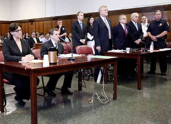 Strauss-Kahn (segundo da dir. para a esq.) durante audiência; francês foi libertado mas não pode sair dos EUA