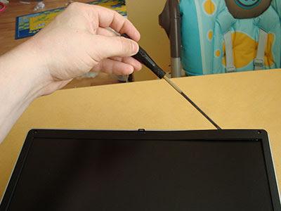 Поддеваем рамку отверткой и аккуратно освобождаем ее от защелок по всему периметру