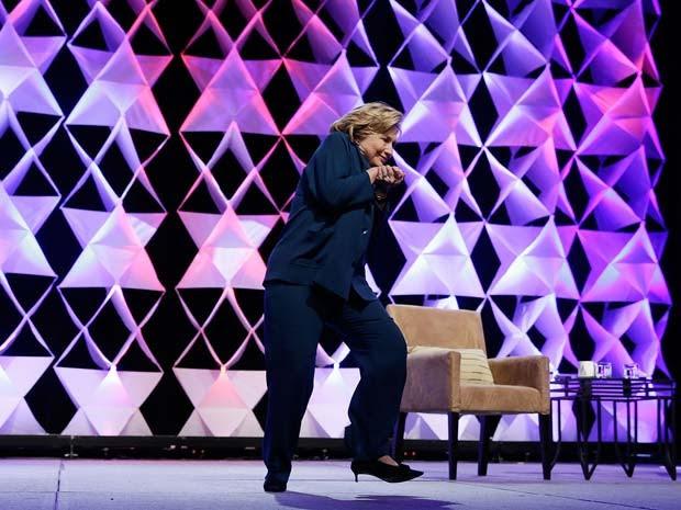 Hillary Clinton escapa de sapato atirado da plateia de hotel em Las Vegas (Foto: Isaac Brekken/Getty Images/AFP)