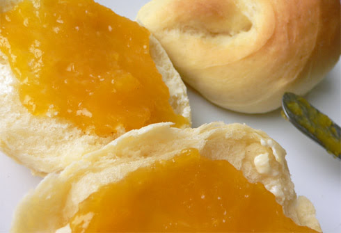 Germteigkipferln mit Orangenmarmelade