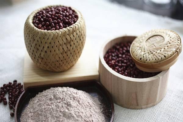 Đậu đỏ rất giàu vitamin nhóm B và chất chống oxy hóa nên có tác dụng giải độc rất tốt.