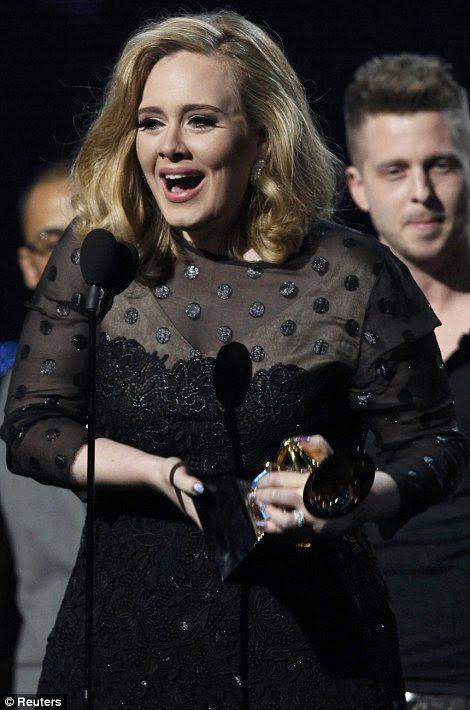 Exultante: Adele não podia conter sua emoção depois de escavar o gongo para o álbum do ano na cerimônia
