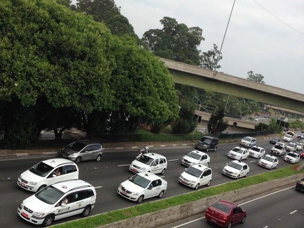 Uma carreata de taxistas ocupava duas faixas da Avenida Rubem Berta, no Corredor Norte-Sul de São Paulo, por volta de 10h. Os veículos estavam próximo ao Viaduto Pedro de Toledo, no sentido Aeroporto de Congonhas. (Foto: Hermann Wecke/Futura Press/Estadão Conteúdo)
