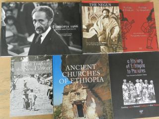 """Libros """"Arada Books"""". Foto: SFQ"""