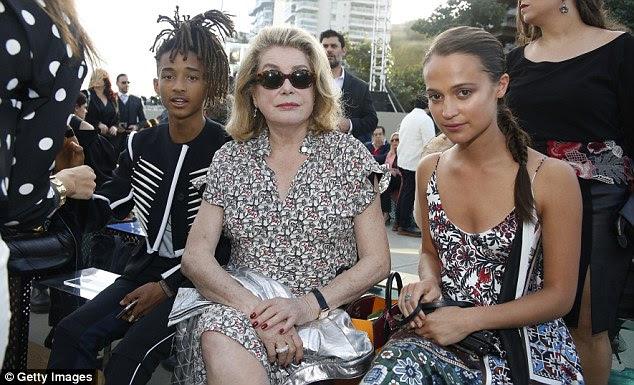 Extravagante: Alicia puxou as madeixas morenas escuras de volta para uma malha intrincada enquanto optando por um look de maquiagem natural;  retratado com Jaden Smith e Catherine Deneuve