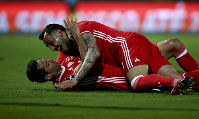 Jonas e Mitroglou comemoram gol do Benfica (Foto: Reuters)
