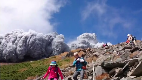 Volcano eruption on Nagano-Gifu border wounds 15, strands hundreds of mountaineers; SDF mobilized