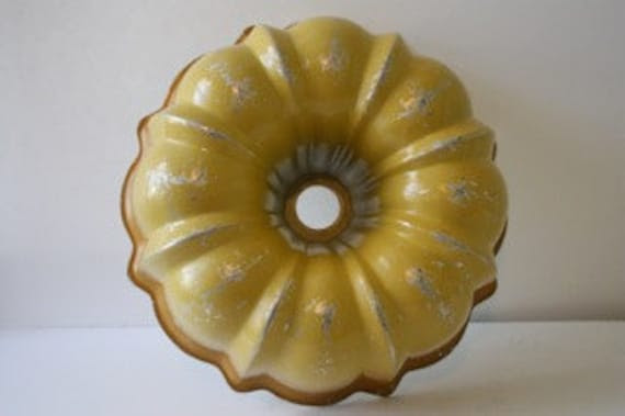 Vintage Yellow Gradient Bundt Pan