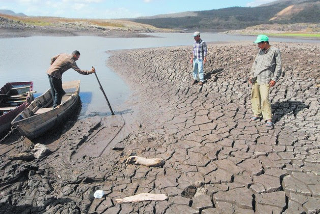 Las Canoas Lake, near the capital of Nicaragua, dries up every time the El Niño weather phenomenon arrives to Nicaragua and leaves its inhabitants without fish and water for their crops. Credit: Guillermo Flores / IPS
