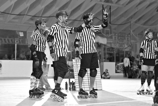 referees signal how many minor penalties each jammer has.