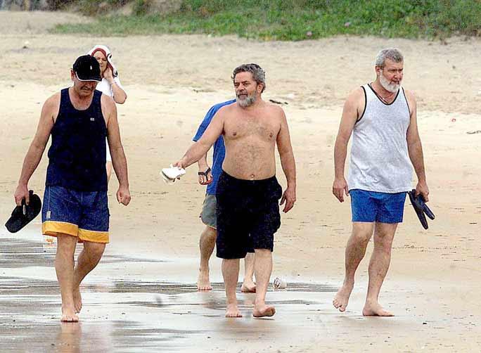 2001: O presidente de honra do PT e Lula, na época pré-candidato à presidência, caminhando na praia de Geriba, em Búzios, Região dos Lagos, Rio de Janeiro:imagem 1