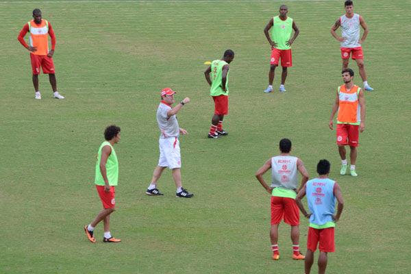 O técnico Pintado realizou três alterações no time titular do América no seu primeiro coletivo