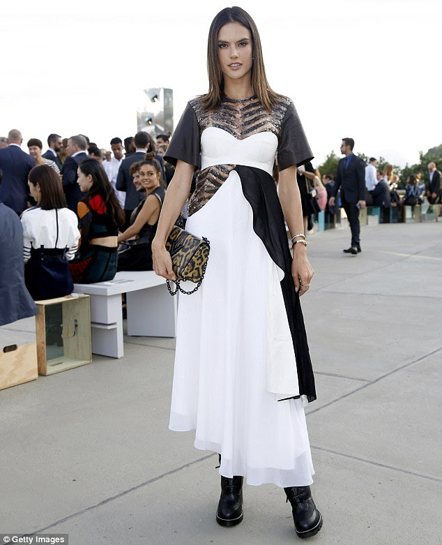 Stunner: Alessandra Ambrosio parecia deslumbrante em um vestido preto e branco, enquanto na coleção de cruzeiro Louis Vuitton 2017 no Rio de Janeiro
