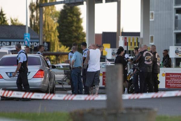 Politi og HA'ere samlet ved gerningsstedet i Odense Foto: Nicolai Brix