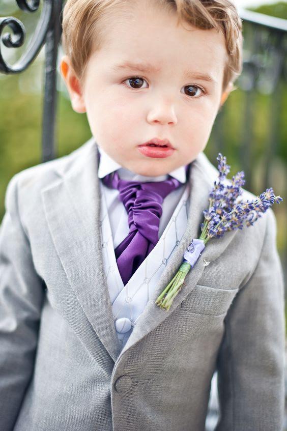 in einem grauen Anzug mit einem neutralen Weste und eine lila Krawatte