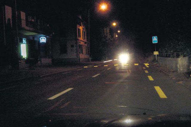 Nacht, Nässe und Gegenverkehr in Hausen a.A.: Die Reflektoren verbessern die Sichtbarkeit des Zebrastreifens markant.