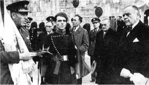 Ο Διοικητής του 1ου Συντάγματος Ευζώνων Αθηνών,  Συνταγματάρχης Ιωάννης Πλυτζανόπουλος, αριστερά, και ο κατοχικός «πρωθυπουργός» Ιωάννης Ράλλης, δεξιά, στο Σύνταγμα