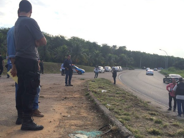 Policiais fazem perícia em local onde médica foi morta, na Linha Vermelha (Foto: Henrique Coelho/G1)