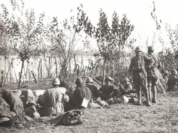 Soldati italiani apprestano le prime trincee lungo il fiume Piave nel 1917