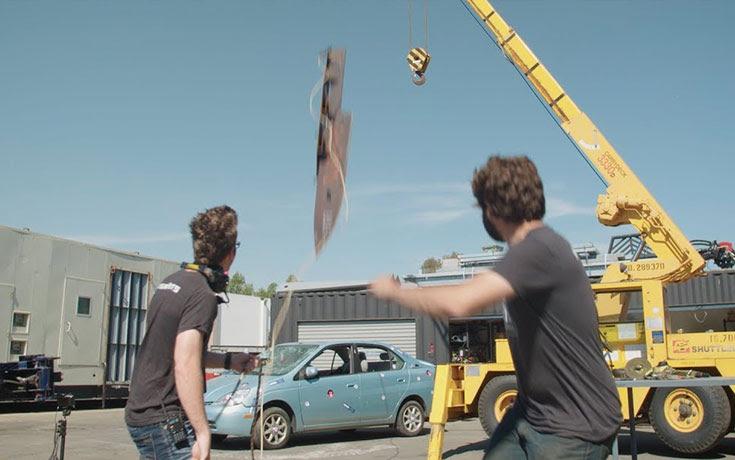 Δείτε τι κάνει ένα μαχαίρι 225 κιλών πέφτοντας πάνω σε ένα Toyota