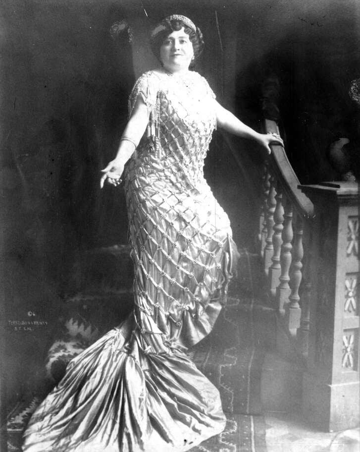 Luisa Tetrazzini, the greatest opera singer in the world, sang for a huge crowd on Market Street on Christmas Eve 1910.