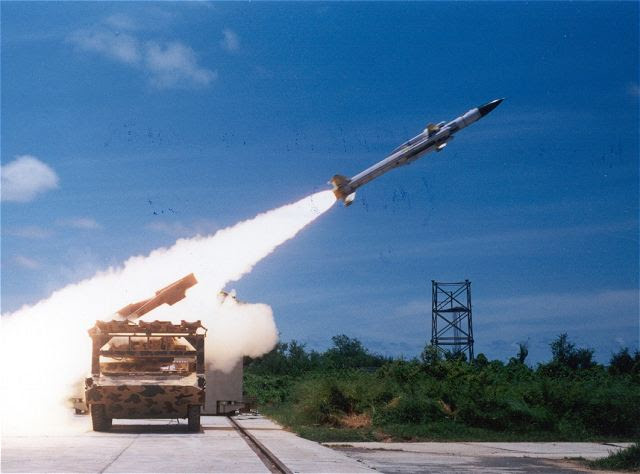 """India probó Viernes, 21 de febrero 2014, el autóctono desarrollado Akash misil tierra-aire desde el complejo de lanzamiento Campo de Pruebas Integrado en Chandipur cerca de Balasore en Odisha. DRDO (Defensa Investigación y Organización para el Desarrollo) de los funcionarios de la India describió el lanzamiento Akash el viernes como """"un gran éxito"""" y dijo que era una prueba de usuario realizado por el Ejército."""
