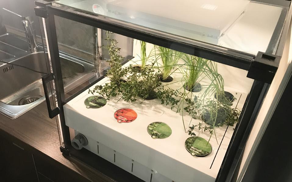 Στην οικιακή συσκευή καλλιέργειας μπορούν να καλλιεργηθούν και να αναπτυχθούν 40 διαφορετικά φυτά: μαρούλι, σπανάκι, ρόκα, βότανα, μικρά φρούτα κ.ά.
