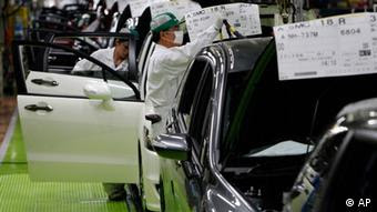 Workers give the final checkup on the cars of Honda Accord Tourer (Photo: ddp images/AP Photo/Shizuo Kambayashi)