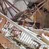 Funcionários da Defesa Civil observam igreja que desabou