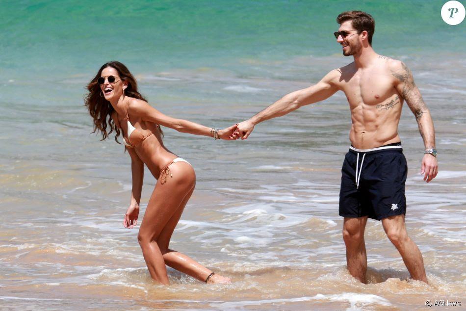 Izabel Goulart se diverte com namorado durante passeio na praia