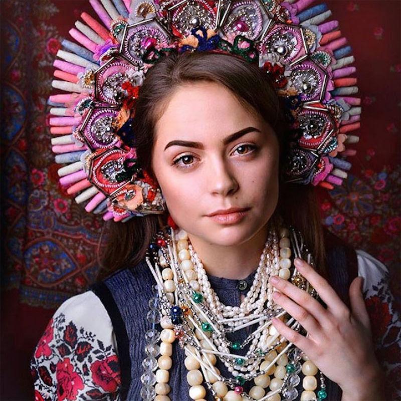 Mulheres modernas usando coroas tradicionais ucranianas dão um novo significado a uma antiga tradição 19