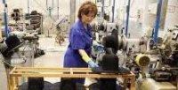 Una trabajadora en una fábrica. / EFE