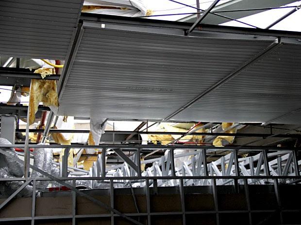 Teto destelhado em área do Aeroporto JK, em Brasília (Foto: Vianey Bentes/TV Globo)