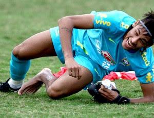 neymar brasil treino sem chuteira (Foto: Mowa Press)