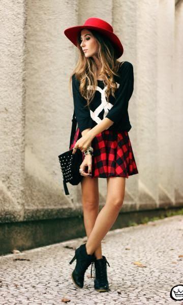 Saia plissada xadrez e blusa preta