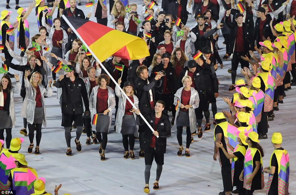 Portador de bandeira, jogador de ténis de mesa Timo Boll da Alemanha carrega a bandeira alemã durante a Cerimônia de Abertura dos Jogos Olímpicos Rio 2016
