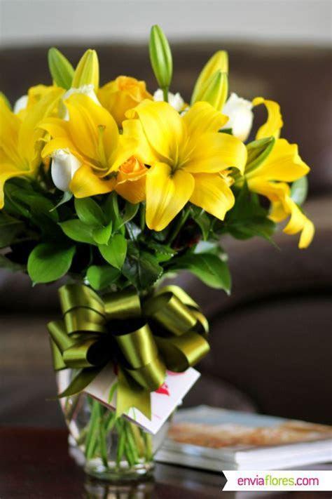 Increíble arreglo de Lilys Amarillas y Rosas Blancas