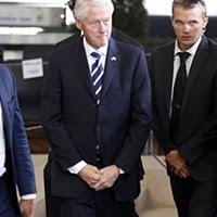 Bill Clinton, ex-presidente norte-americano e marido da atual candidata democrata ao cargo, assistiu ao funeral e ao enterro do líder israelita e Nobel da Paz.