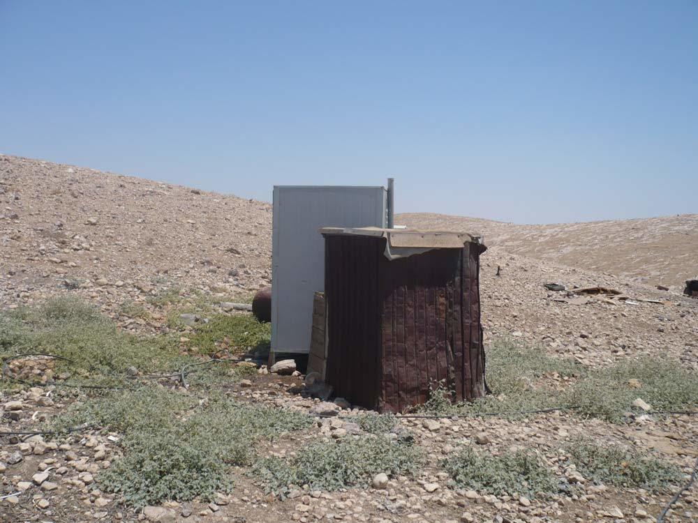 Un bagno prefabbricato nell'accampamento di Khan al Ahmar, agosto 2015. - Francesca Gnetti, Internazionale